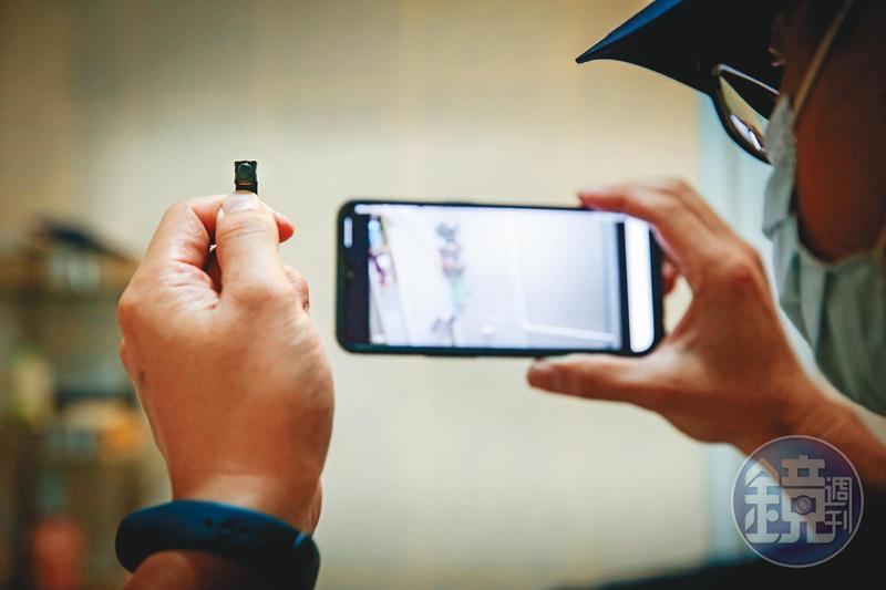 呂姓主管從網路上買來WiFi遠端錄影機,以手機監看APP軟體,即時在線上偷窺女同事洗澡。(圖為示意畫面,非當事人)