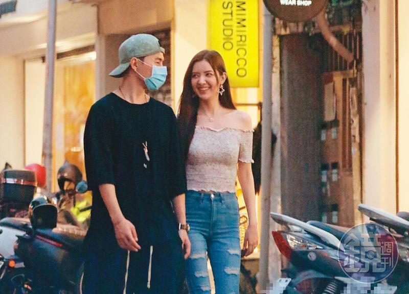5月31日 17:49,唐禹哲(左)與蘇小軒(右)有說有笑,現身台北東區街頭。