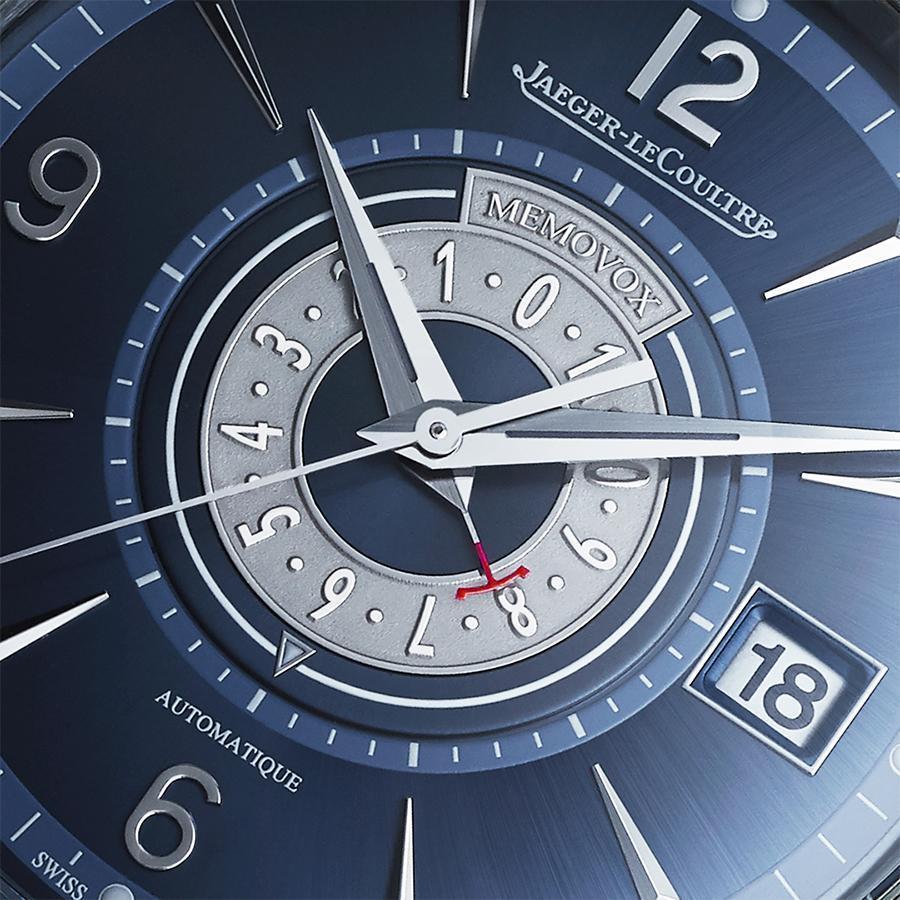 面盤中央有一圈用來倒數鬧鈴時間的小時浮雕內圈,搭配紅色品牌Logo的JL指針指示,而外緣的三角形標記,則是用來指示鬧鈴時間,在面盤的配置上做出和以往不同的調性。