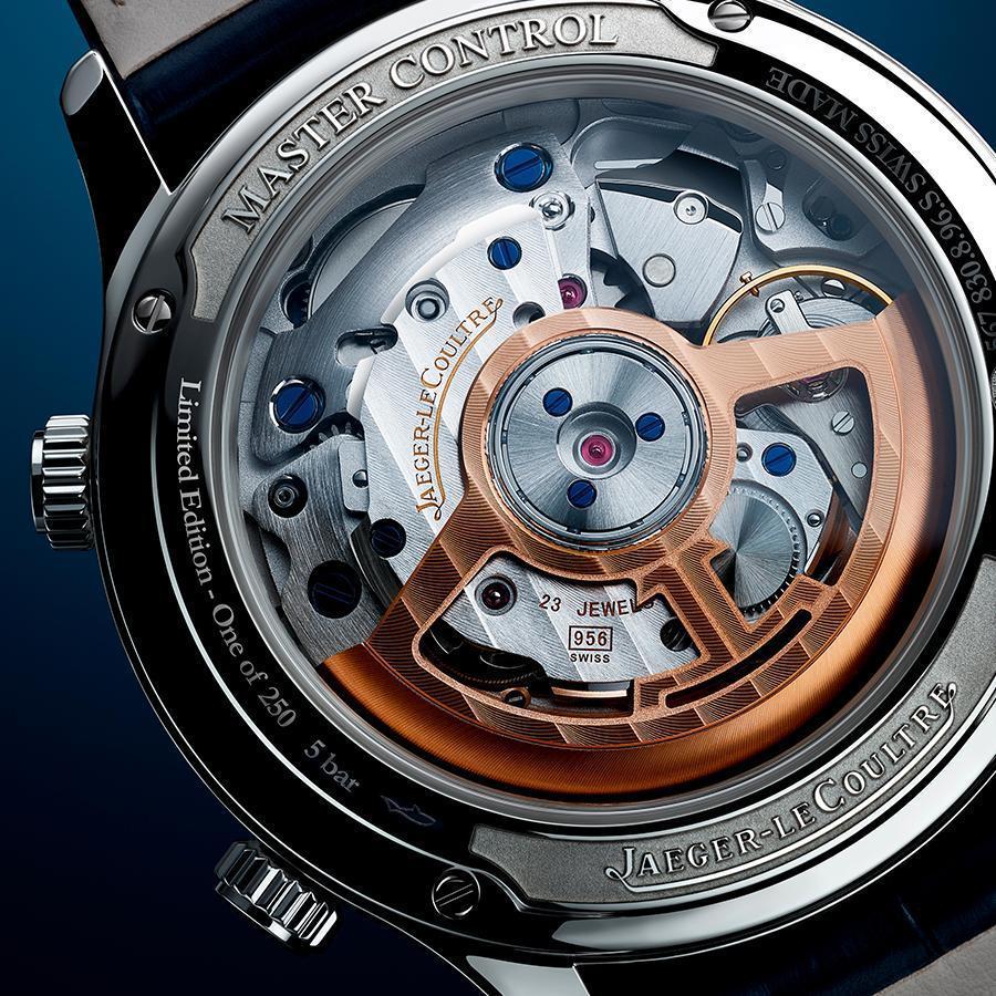 將懸立式音簧從原本在底蓋的位置,移到機芯的周圍,是這次956機芯最大的變革,這項設計也讓錶背得以用透明底蓋的形式呈現。