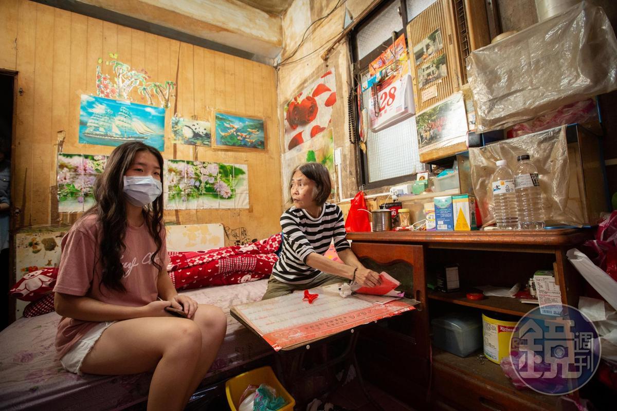 2樓最大的一間房,住了陳郭金英(右)和一對上高中的孫子女。雨季時,房間漏水嚴重,陳郭金英常失眠。