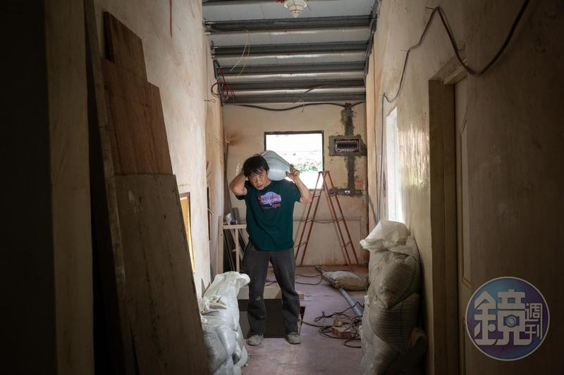 陳青旭十幾年來以打零工維生,搬水泥沙袋一天可賺1,600元,但因雙腳受過傷、年紀也大了,做得越來越吃力。