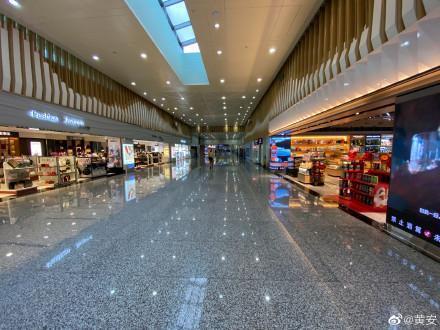 黃安實拍機場現場,幾乎是空蕩蕩一片,沒有什麼旅客。(翻攝黃安微博)