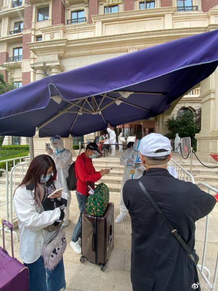 黃安拍下自己在準備進入隔離飯店前的簡易檢疫帳篷。(翻攝黃安微博)