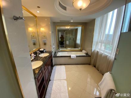 黃安貼出隔離飯店房間內裝,十分豪華,甚至還有相當氣派的床和沙發。(翻攝黃安微博)