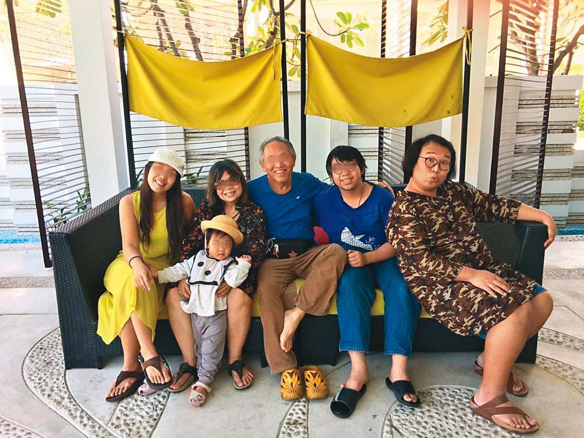 娘娘(右一)與泰國的家人合照留影,一家感情融洽,但娘娘沒有和爸爸(右三)討論過性向認同。(翻攝自娘娘IG)