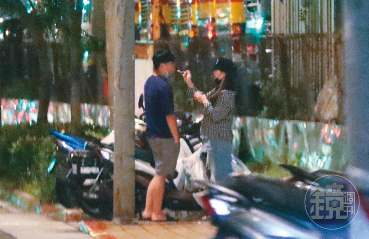22:54,離開便利商店後,小甜甜(右)與男友(左)上演冰淇淋餵食秀。