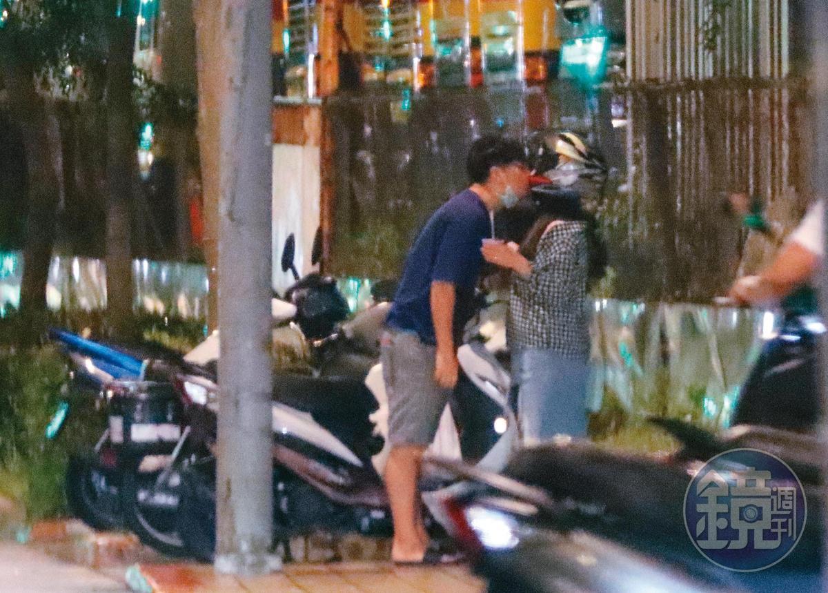 22:55,互換口水不夠,男友高難度啄吻戴著安全帽的小甜甜,看似正在熱戀期間。