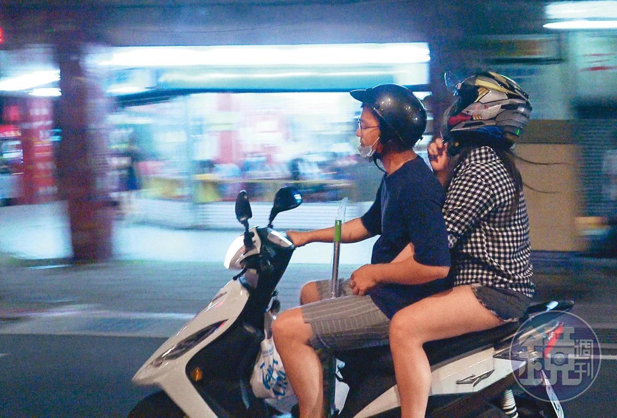 小倆口坐在摩托車上,上演前胸貼後背的戲碼。小甜甜(右)與男友(左)的短褲都頗短。