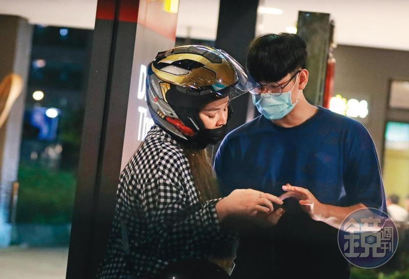 5/31 23:01,準備到速食店買宵夜前,小甜甜戴著安全帽也要跟男友一起看手機。