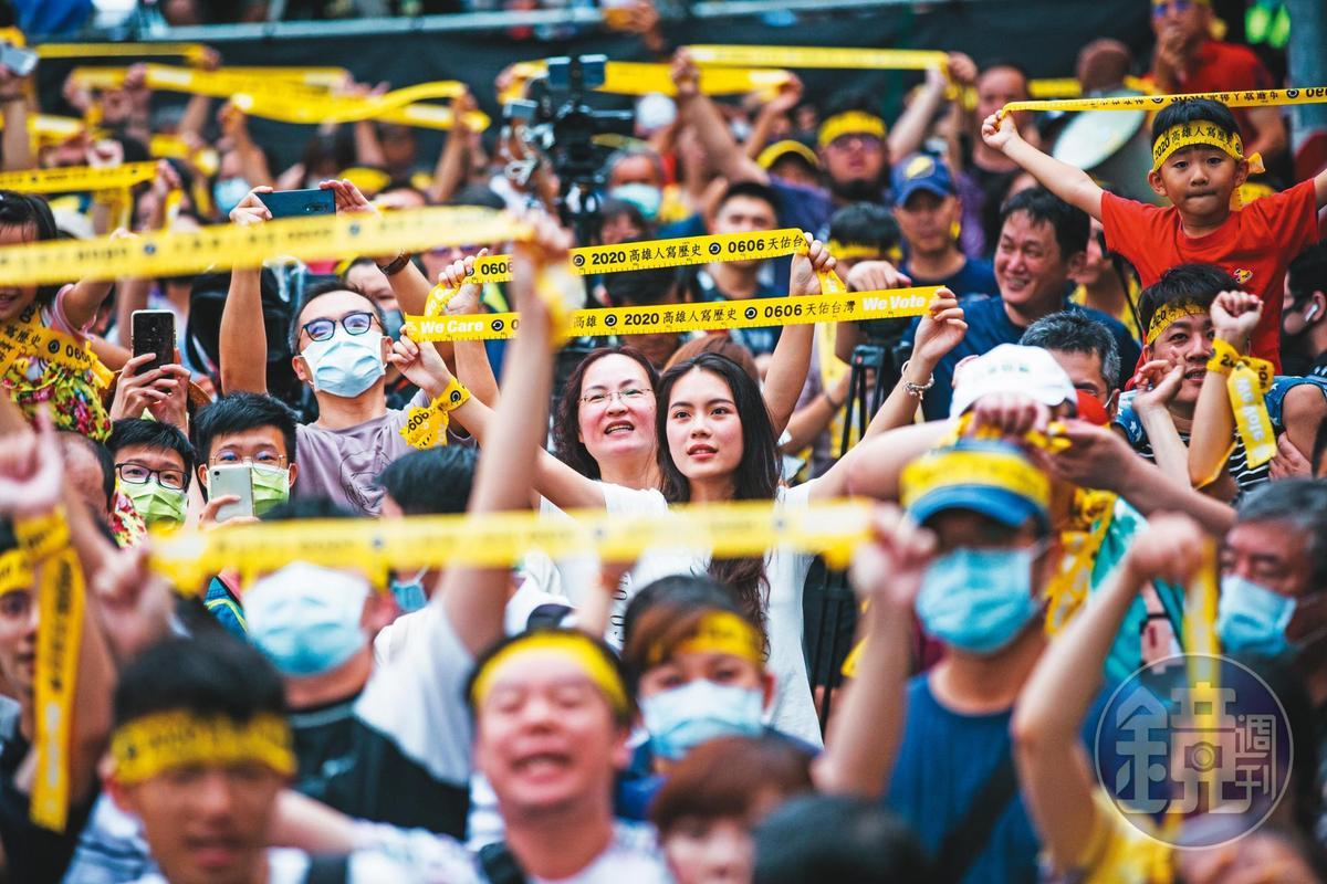 韓國瑜罷免案投票率達4成2,是歷來罷免投票最高的一次。圖為支持罷韓群眾聚集在光復高雄總部看開票。