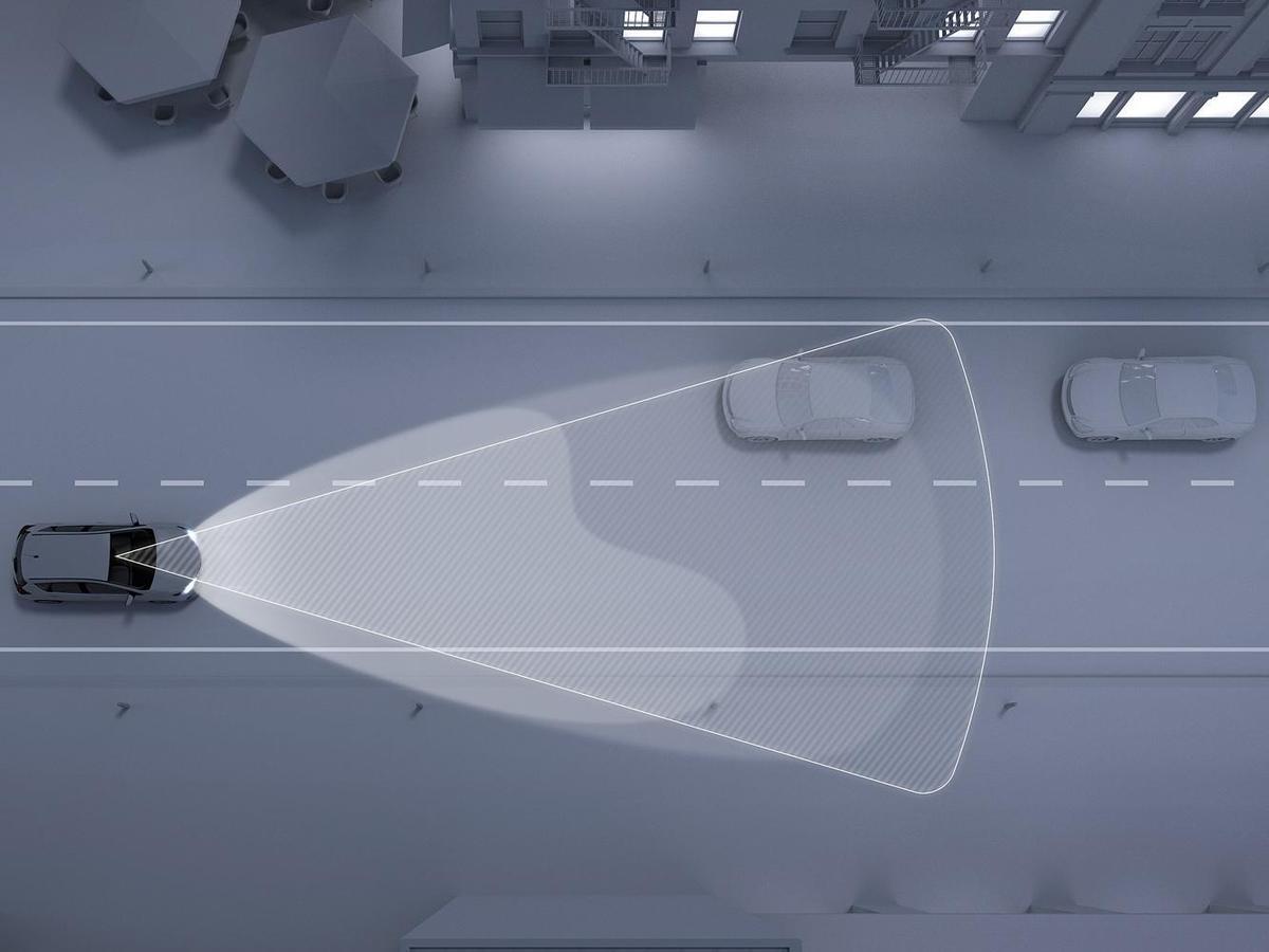 AHB(Automatic High Beams)光燈自動切換系統透過前檔上方的攝影機(同常與LKA共用)來感應光線,在夜晚行車時通過鏡頭實時監測前方或對向車輛。