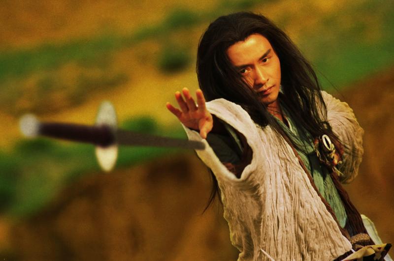 張國榮從《東成西就》的「東邪」黃藥師,在《東邪西毒》裡改演歐陽鋒,他獨自生活在大漠之中,以為人仲介殺手謀生。(CatchPlay)