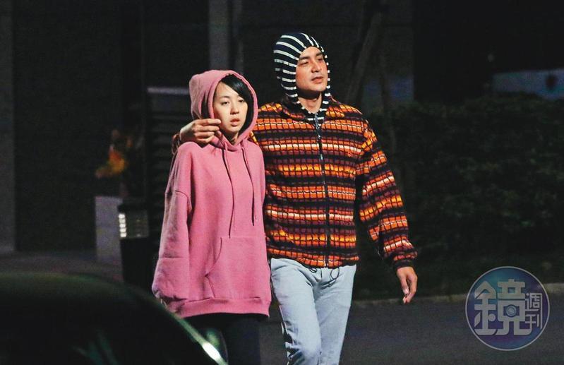 明道與另一半王婷萱在2016年底曾被拍到互動親暱,在住家附近散步。(本刊資料照)
