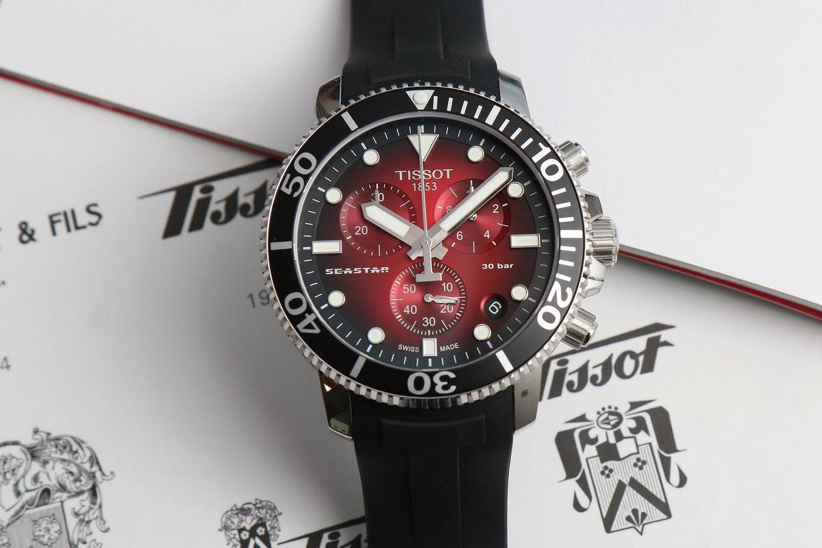 Seastar 1000系列石英計時碼錶另一款紅色漸層面,搭配橡膠錶帶,定價NT$16,700。