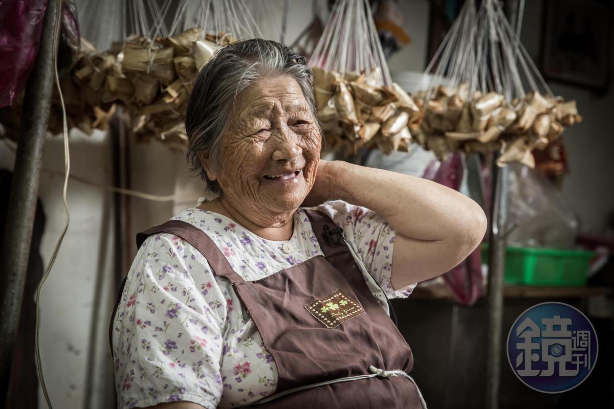 林蜂原生家庭富裕,但出生42天父母親就把她與夫家的兒子互換成為童養媳。