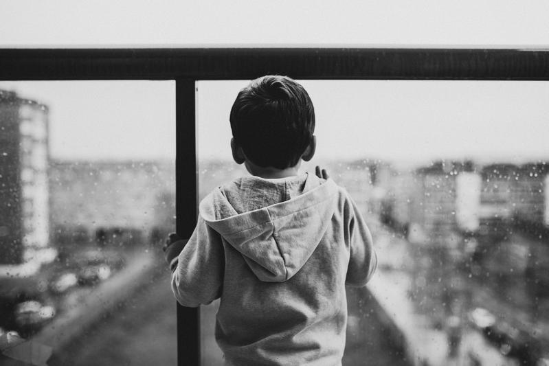 一名母親獨留3歲女童在家發生憾事,涉嫌違反「兒童與少年福利與權益保障法」,示意圖。(攝影師:Juan Pablo Serrano Arenas,Pexels提供)