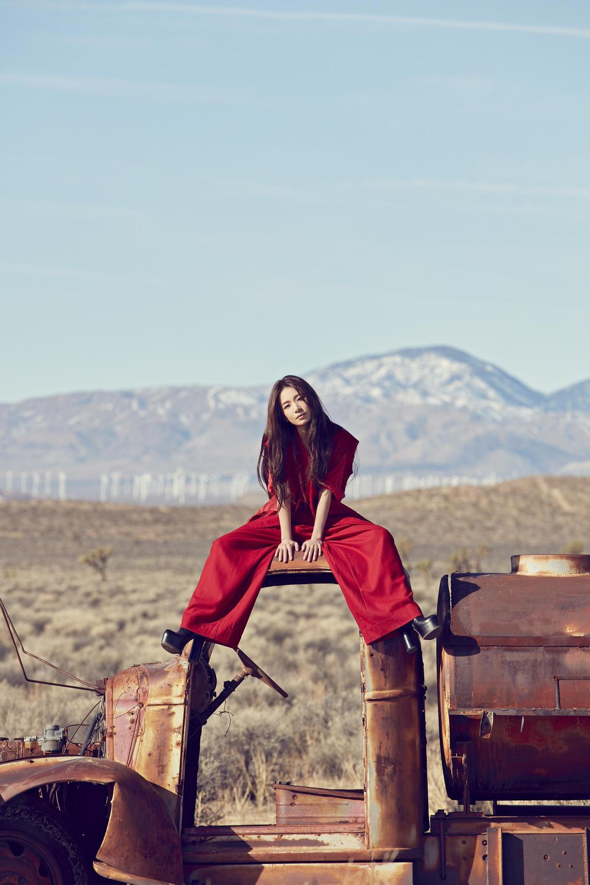在浩瀚無際的美景中,田馥甄在畫面中隻身獨走穿梭。(何樂音樂提供)