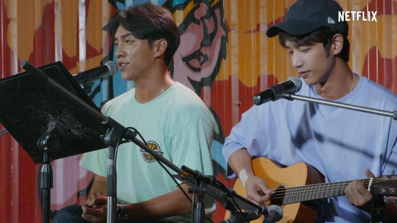 李昇基唱歌、劉以豪彈吉他,2人在節目中的互動很自然。(Netflix提供)