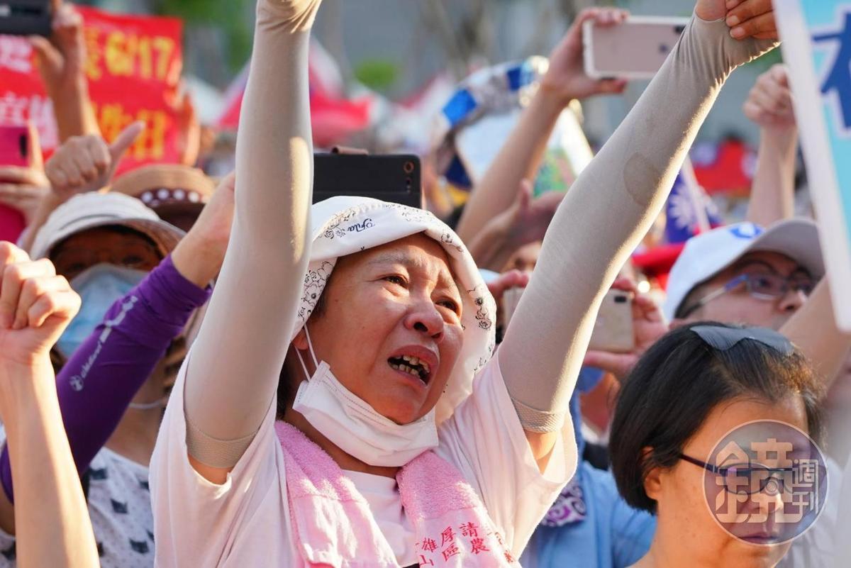 上萬名支持者前來參加道別音樂會,聽了市府團隊的道別致詞情緒相當激動。