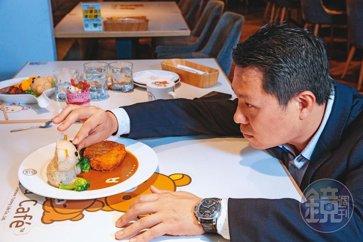 拉拉熊咖啡的料理重視造型,陳弘洲看一眼就知道拉拉熊的五官角度是否跑掉。