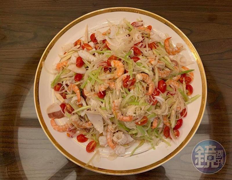 只需要半小時就能上菜的「泰式香茅涼拌雙鮮」,是最適合溽暑的爽口開胃菜。
