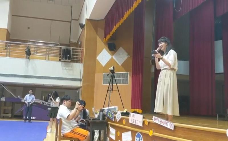 高嘉瑜今(12)日出席南湖高中畢業典禮,獻唱〈隱形的翅膀〉逗得台下學生哈哈大笑。(翻攝自高嘉瑜臉書)