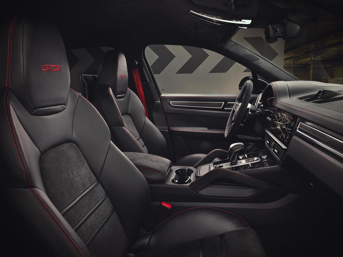 Cayenne GTS 與 Cayenne GTS Coupé前車門檻、轉速錶與座椅頭枕皆落有「GTS」標誌。另有多款個人化選項,包含配色的GTS內裝套件,如胭脂紅、蠟灰以及裝飾車縫線。