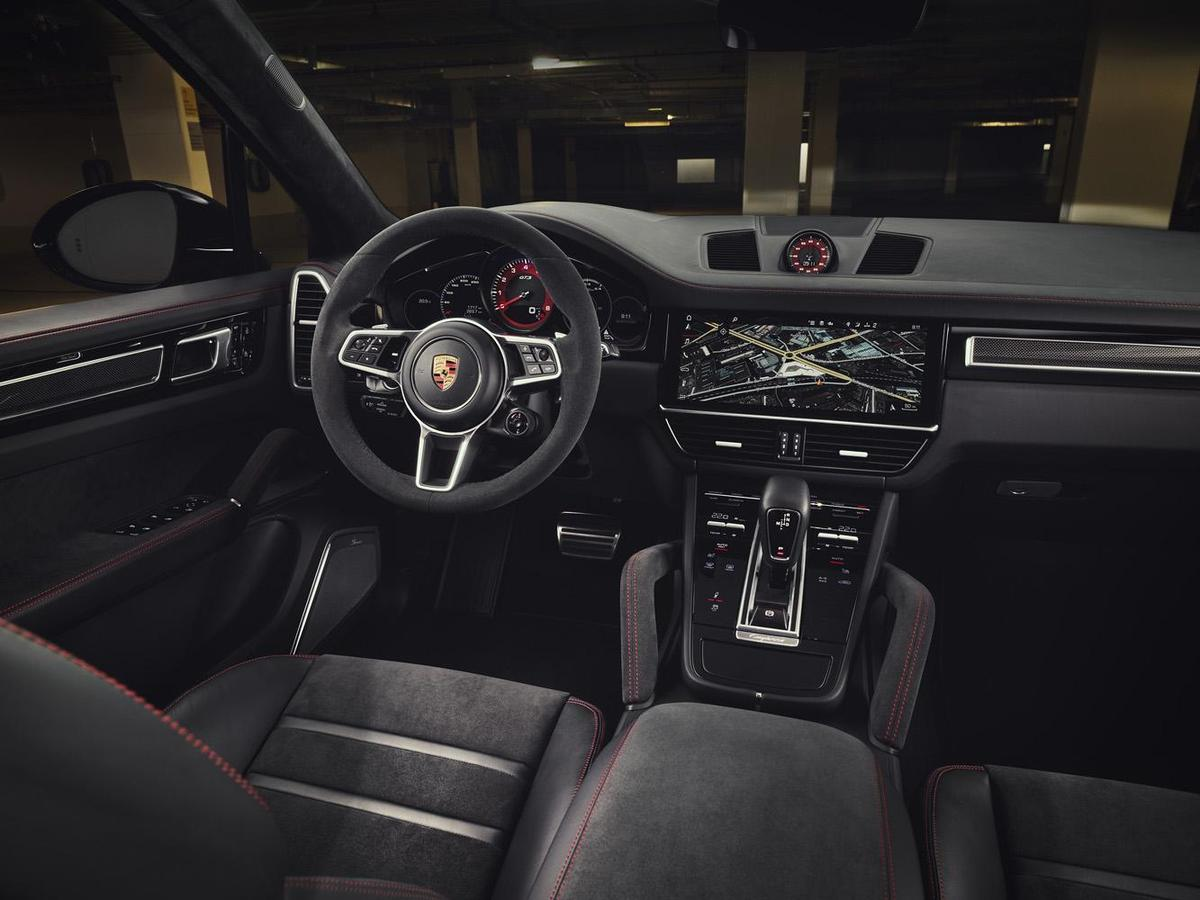 全新Cayenne GTS 與 Cayenne GTS Coupé車內頂篷、座椅中央、中控台扶手與門板皆採用 Al-cantara®高質感麂皮與深色髮絲紋鋁合金飾板,呈現運動化風格內裝同時不失優雅。