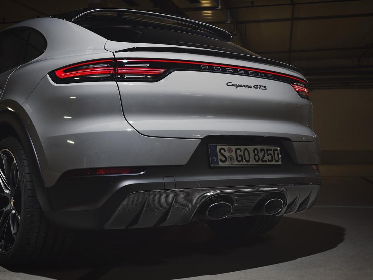 Cayenne GTS Coupé標配跑車化排氣系統與具有動感且獨特的排氣聲浪;標準配備的排氣系統尾管置於車尾外側,營造更強烈的運動氛圍與聲浪效果。