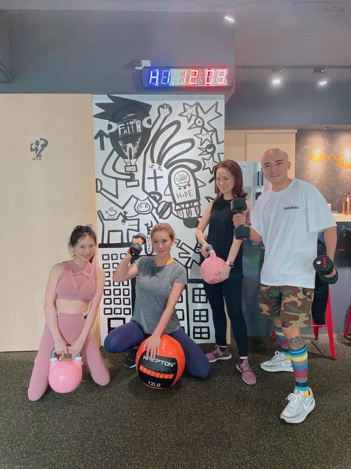小馬(右一)與小禎(左二)合資開健身房。(翻攝自小禎臉書粉絲頁)