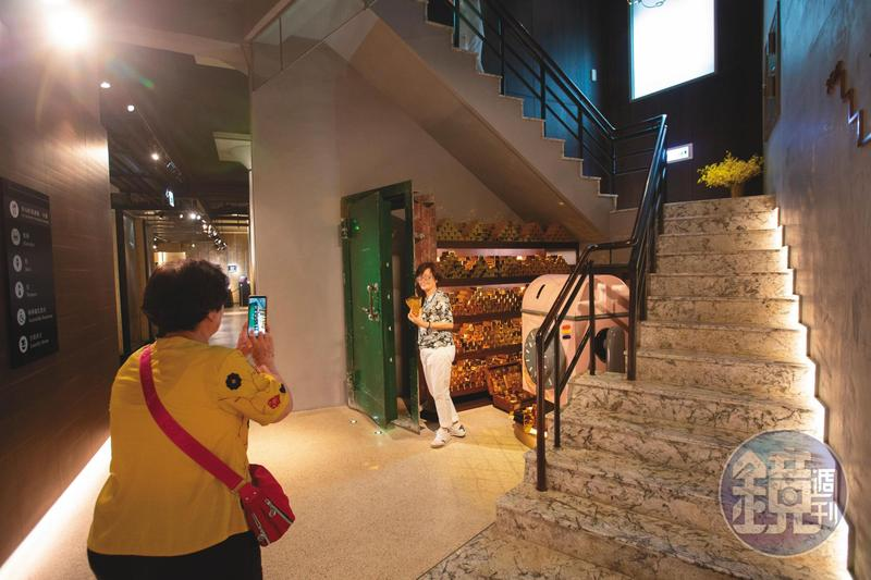 改建成飯店後,內部仍保有舊建築的貯藏金塊的空間,成為拍照打卡的新景點。