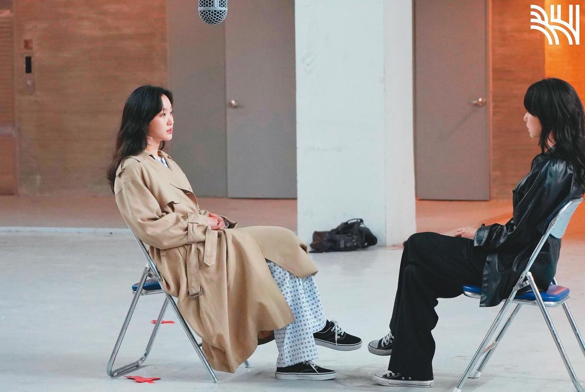 金高銀在《The King:永遠的君主》一人分飾兩角,拍攝時先和替身對戲(圖),再用合成方式呈現。(翻攝自BH Entertainment)