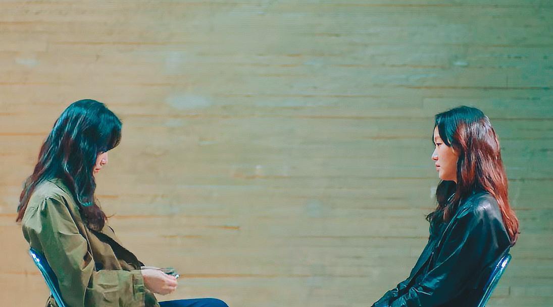 金高銀在《The King:永遠的君主》一人分飾兩角,拍攝時先和替身對戲,再用合成方式呈現(圖)。(翻攝自BH Entertainment)
