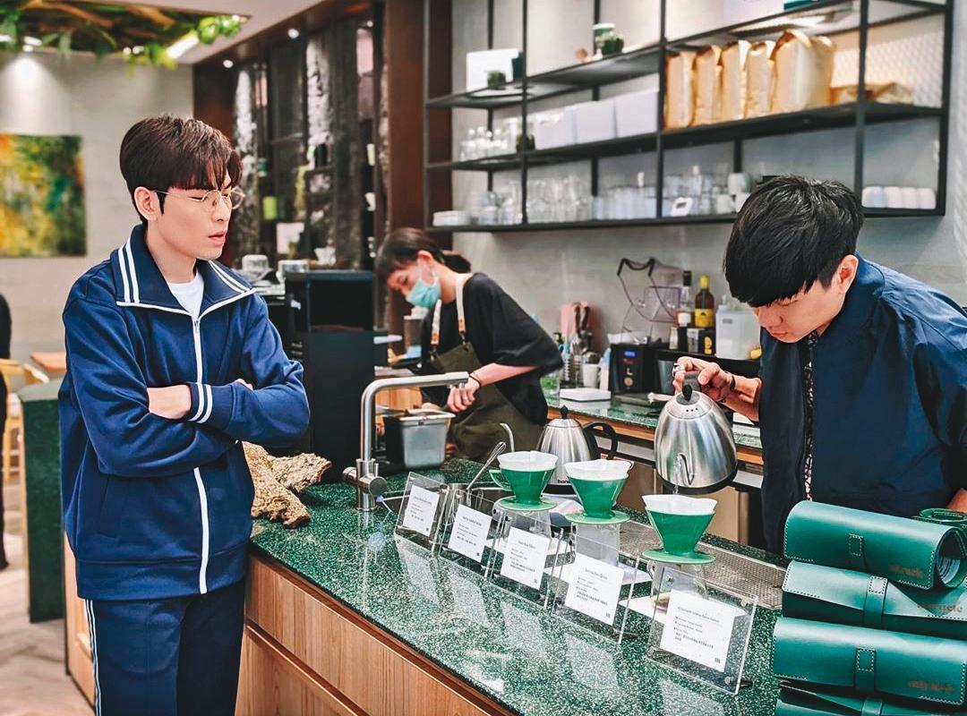 林俊傑(右)學了2年的手沖咖啡,對每一個步驟都相當講究,連蕭敬騰(左)都看得入神。(翻攝自林俊傑IG)