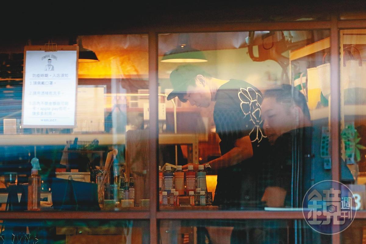 15:14 林俊傑進入叁拾選物30Select店裡挑選生活用品,看得相當認真。