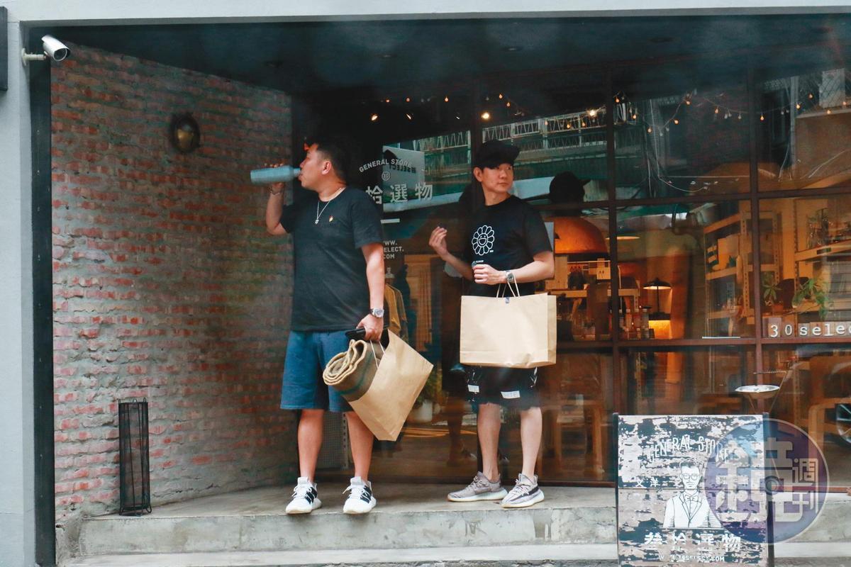 15:23 林俊傑與友人在店門口,只見友人拿著林俊傑手上的保溫瓶,直接對口喝水。