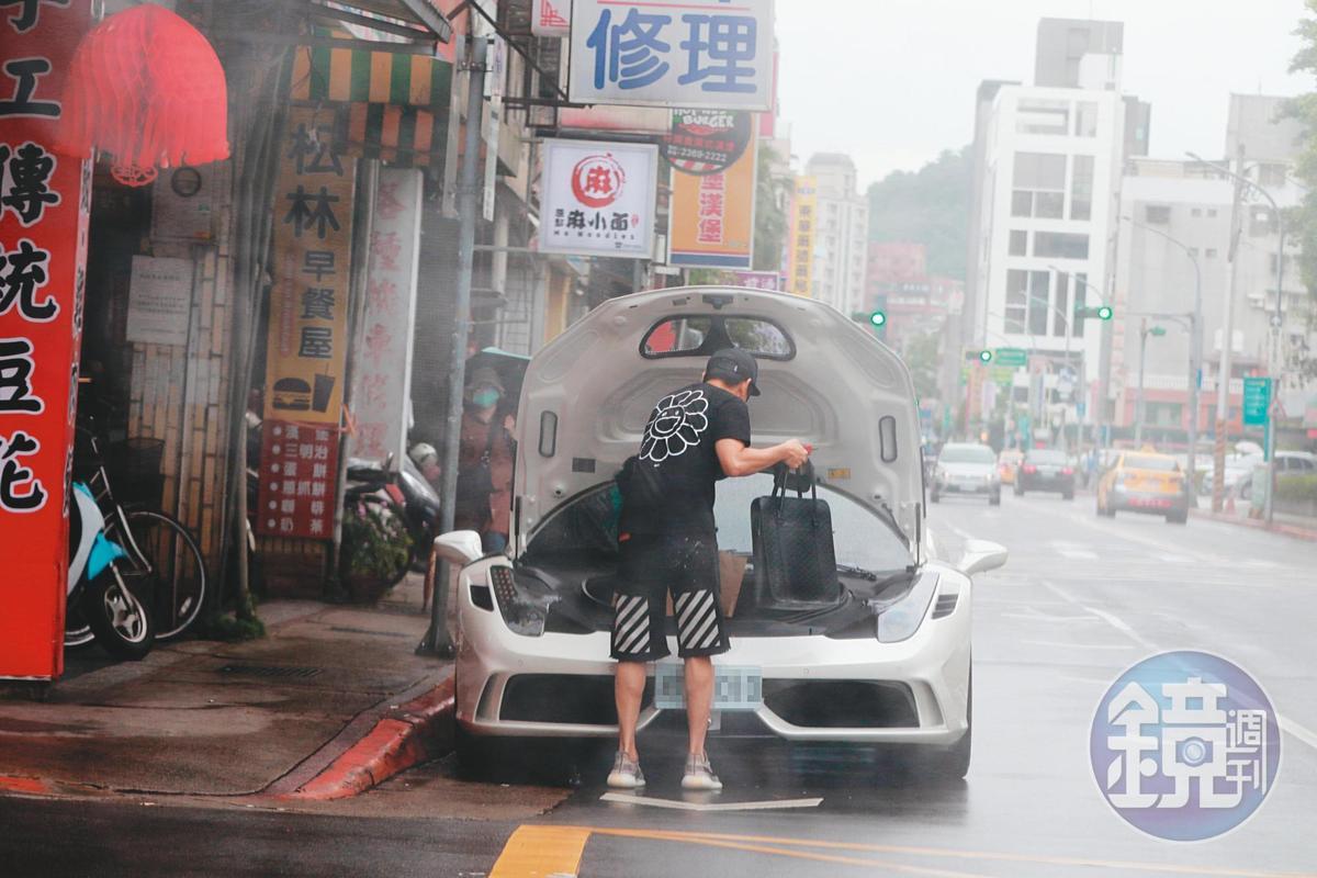 15:25 林俊傑貪圖一時方便,在紅線違規停車。