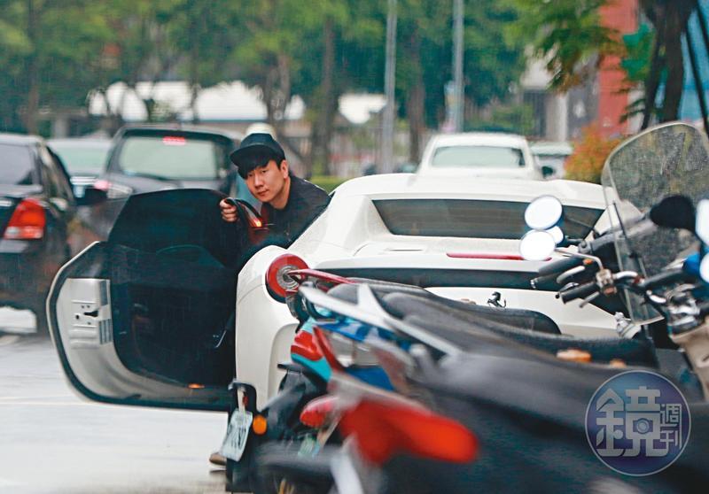 6/9 14:58 因新冠疫情無法回新加坡陪爸媽,林俊傑在台北的生活很逍遙,開著法拉利458出門購物。