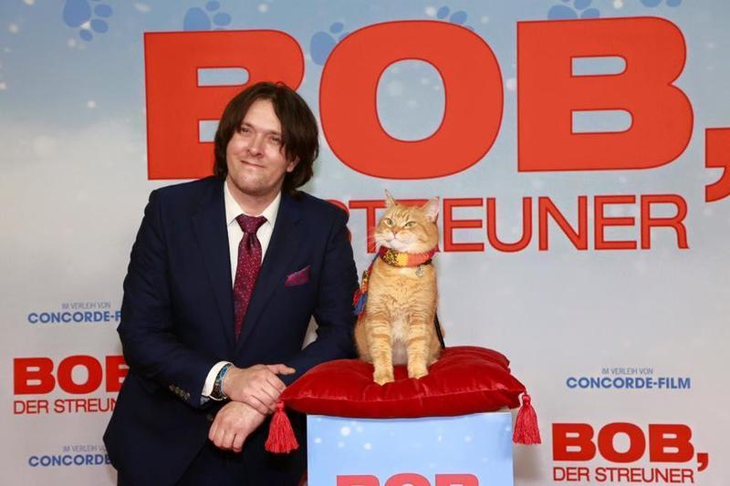 電影《遇見街貓BOB》的故事感動全球無數人,然而本尊詹姆斯(左)難過地表示,街貓BOB已經去當小天使了。(翻攝自A Streetcat Named Bob臉書)