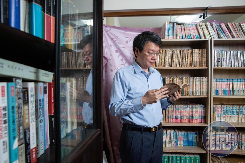 書房架上的《哆啦A夢》漫畫書,有日本原版和早期台灣出版的系列,都是哆啦王滾瓜爛熟的知識庫。