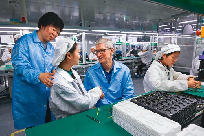 精密製造業龍頭立訊,是中証5G通信主題指數第一大成分股,蘋果執行長庫克(右2)曾親臨造訪。(翻攝自Apple官網)