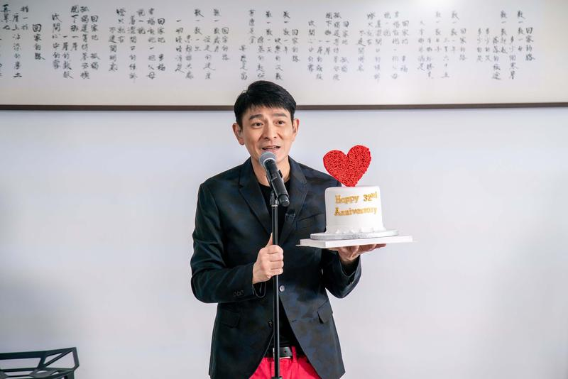 「華仔天地」設立32年,劉德華親獻蛋糕。(台灣映藝提供)