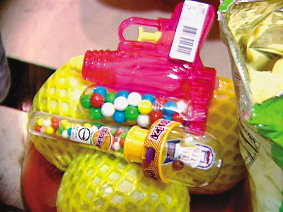 家屬特別在靈堂前放了玩具,希望男嬰一路好走。(東森新聞提供)