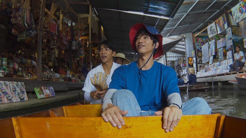 劉以豪(右)和李昇基在泰國水上市場完成任務。(Netflix提供)