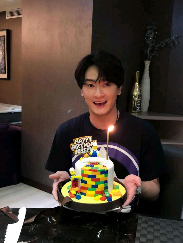 樂高造型的生日蛋糕很特別。(翻攝自鄭元暢臉書)