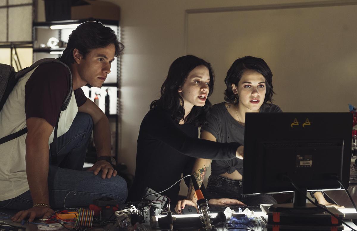 索菲雅(中)決定跟同學一起追查「你所有的秘密」駭客的真實身份。(Netflix提供)