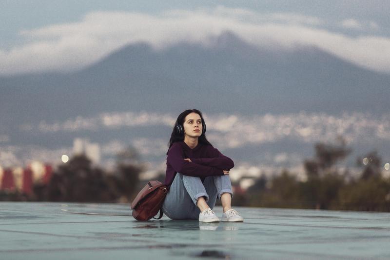 索菲雅在校園總是獨來獨往,用敏銳的觀察力觀察人群。(Netflix提供)