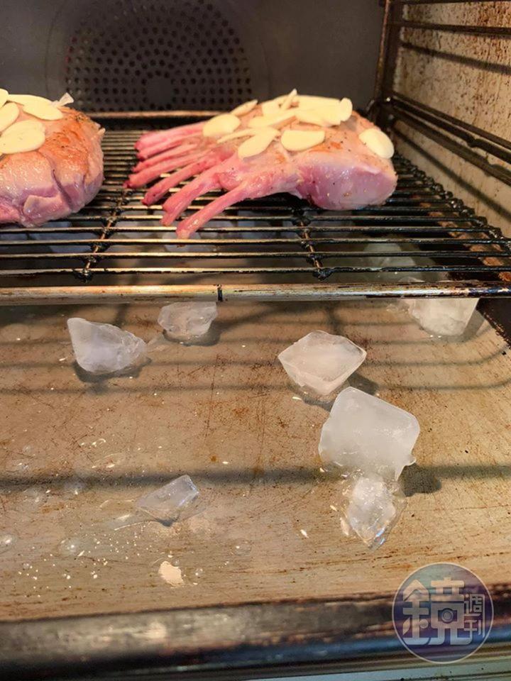 取冰塊3瓢放入烤箱,如此有低溫蒸烤的效果。