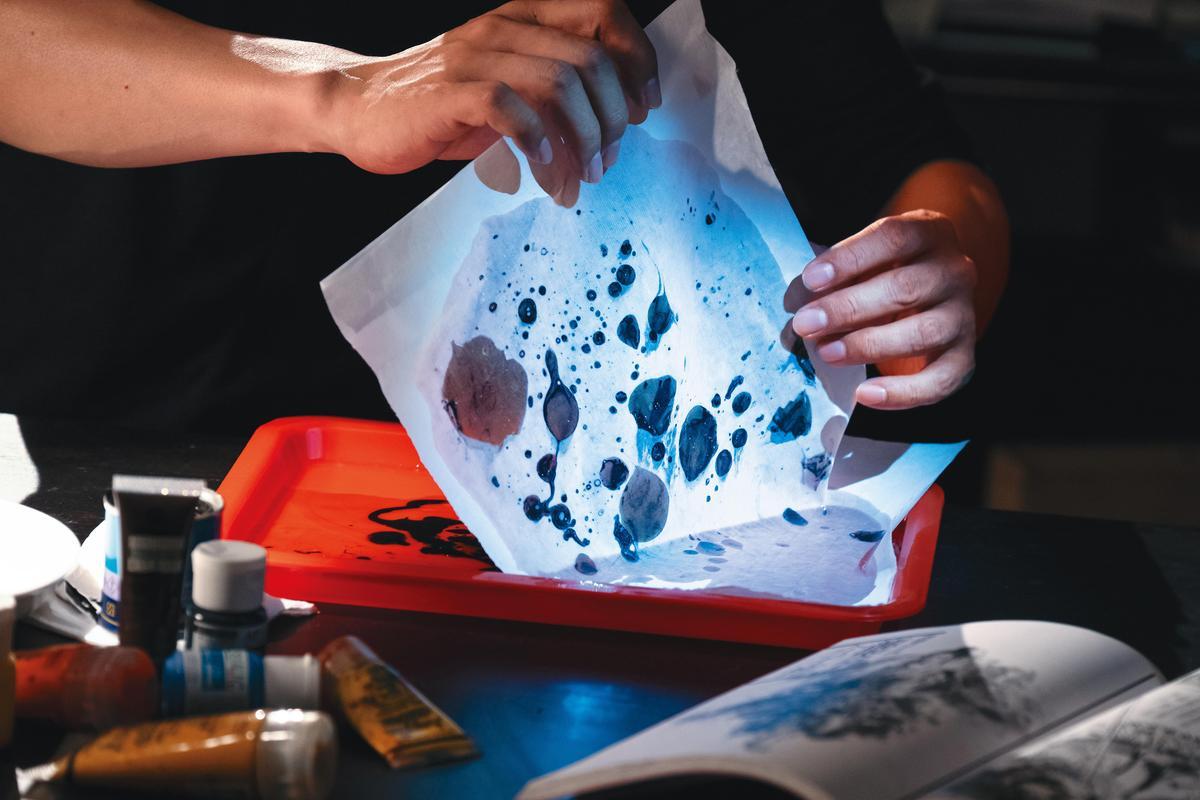 鄭問在繪畫上不斷開發新技法,《千年一問》中也重現他使用沙子(上圖)、油彩(左圖)等各種創作方式。(貝殼放大提供)